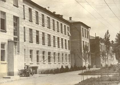 Edificiul din fața blocului terapeutic, urmat de blocul chirurgical care din anul 1988 găzduia Secția de ginecologie, Centrul Diagnostic, și Secția de fizioterapie. În prezent – Centrul Municipal de Reabilitare Medicală